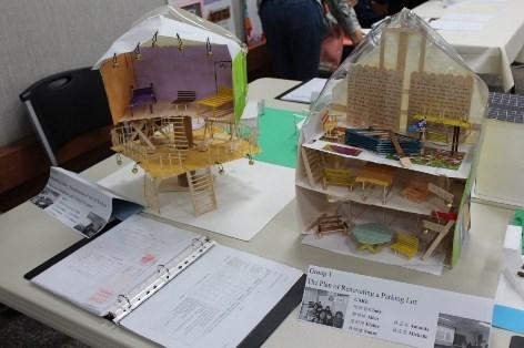 新聞圖說4:文藻外大教師季慕華指導共同英文課Level 9學生,製作房屋模型與計畫書。
