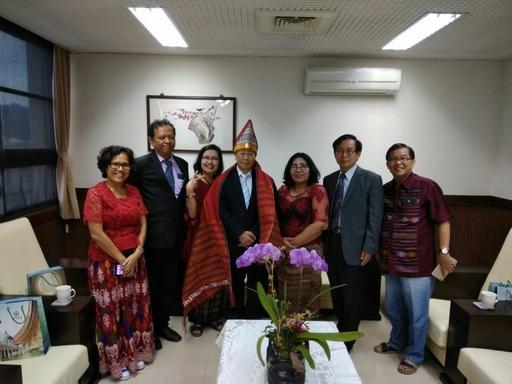 亞大蔡進發校長(中)、陳英輝院長(右二)與諾門森大學英語系主任Dr. Tagor Pangaribuan(左二)、師生合影。