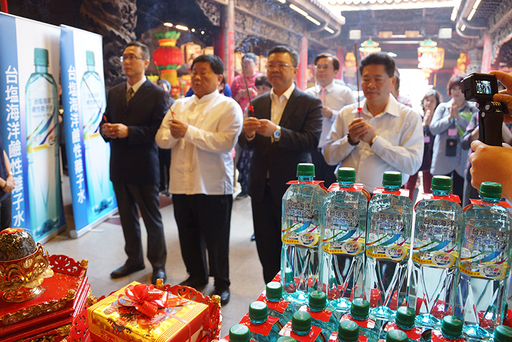 臺鹽公司今年第5年參與大甲媽祖進香遶境活動,贊助市占率冠軍的「台鹽海洋鹼性離子水」作為活動用水。