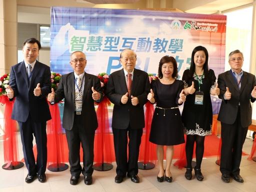 (左起)李天祥副校長、蘇炎坤校長、李正合創辦人、楊玉惠司長、陳文莉教授、黃國賢副校長為智慧環控PBL教室剪綵