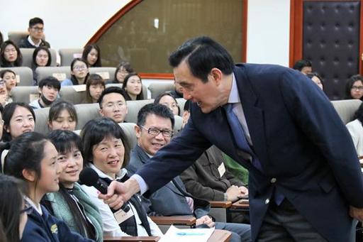 東吳大學嚴家淦法學講座馬英九教授演講兩岸關係與國際法(三)分析兩岸詐欺犯的共同管轄問題,同學踴躍發問。