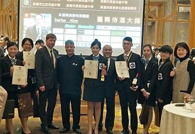 龍華科大學生參加2018 AWI-TAIWAN全國校際盃年輕侍酒師菁英賽,6員獲獎表現優異,獲得國際侍酒大師 Mr. Darius Allyn的肯定。