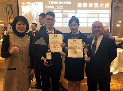 2018 AWI-TAIWAN全國校際盃年輕侍酒師菁英賽,龍華科大觀光系學生游茹珺(右2)奪冠;任詠聖獲殿軍,指導老師謝美婷(左1)為他們驕傲。