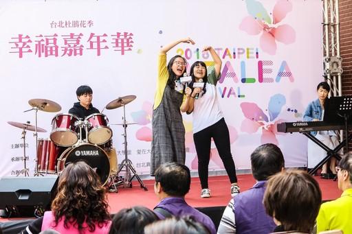 懷恩堂學青小組為現場民眾帶來多首詩歌演唱。