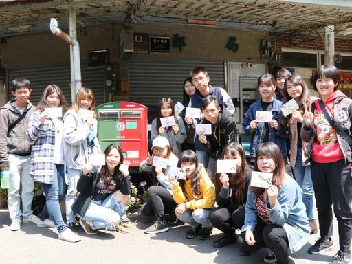大家到龍崎郵局寄出自己手繪明信片合影