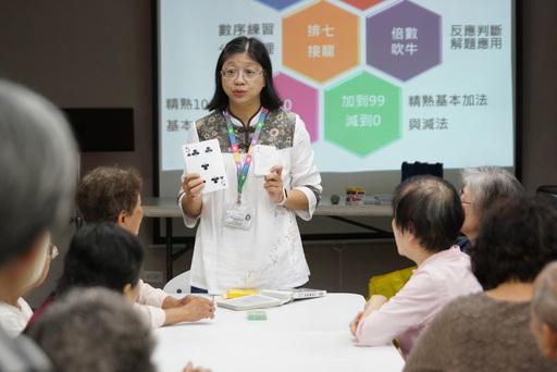 圖說:螢橋國小劉慧梅校長教長輩用撲克牌遊戲學數學。