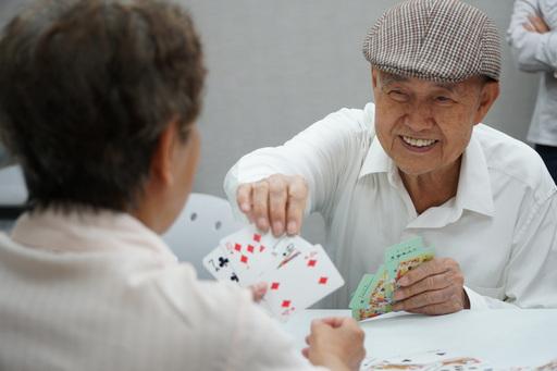 圖說:玩撲克牌不僅找回童心,還可以預防失智。