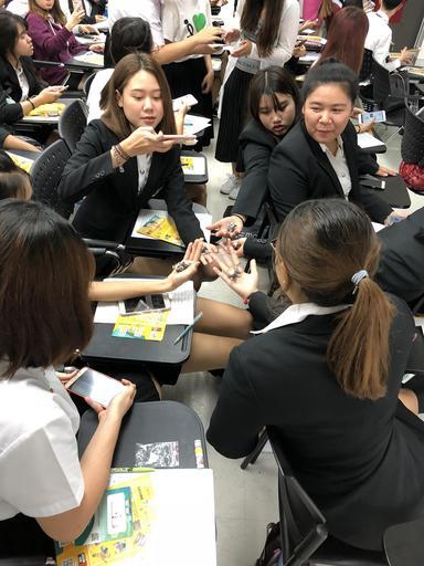 泰國同學非常喜愛聖約翰科大的文創小贈品,熱烈索取並與小贈品拍照