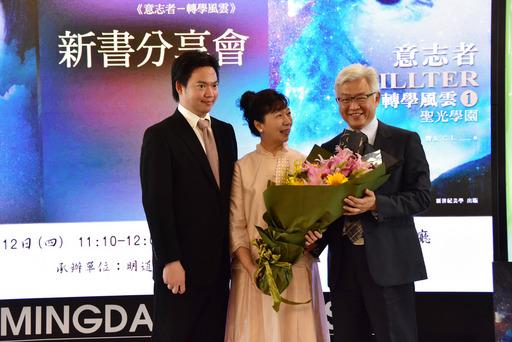 林偉權先生(左)感謝母親李阿利(中)栽培養育之恩。