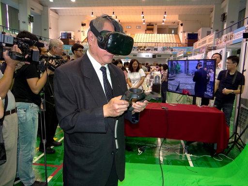 校長龔瑞璋體驗VR虛擬實境閱讀趣。