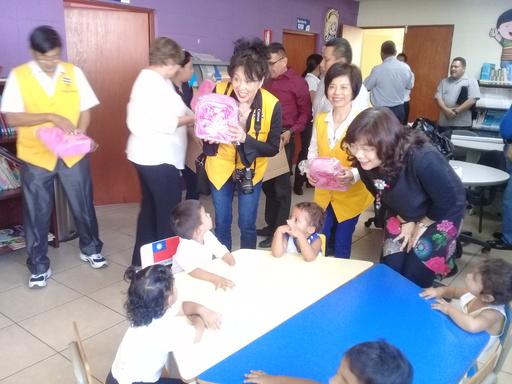 託芭副總統夫人、駐薩爾瓦多大使謝妙宏及「幫幫忙基金會」鮑曉黛會長訪視「青少年及兒童發展局」嬰幼兒照護中心,深受院童歡迎。