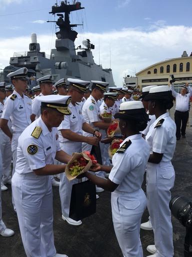 107敦睦遠航訓練支隊歡迎儀式,支隊長高嘉濱少將率支隊幹部12員接受獻花。