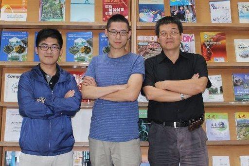 高科大電腦與通訊工程系學生林芳辰、蘇柏睿與郝敏忠教授合影(由左向右)_電通系提供