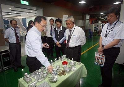 桃市教育局長高安邦,參觀龍華科大五軸加工實驗室。