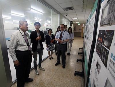 桃園市教育局長高安邦(左),參觀龍華科大3D數位電路板設計暨智慧製造類產線工廠。