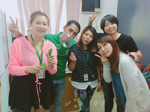 學員何蘊庭和老師與日韓同學開心合影