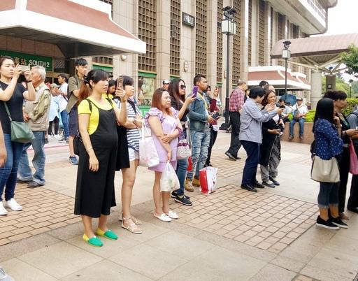 圖說:「印尼文化音樂祭」吸引附近許多民眾佇足觀看。
