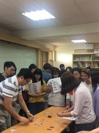 日籍老師親自教導學生玩日式花牌,彷若動漫場景再現,學生玩得不亦樂乎