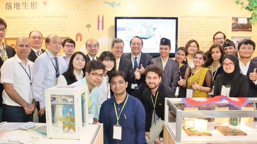 外文系張靜宣同學(左六)與副總統陳建仁、教育部長官、與會貴賓以及受邀學生合影。