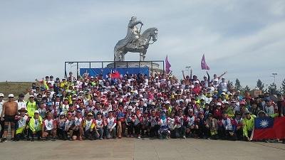 臺灣慢跑旅遊團於18日「成吉思汗盃」路跑活動開跑前合影