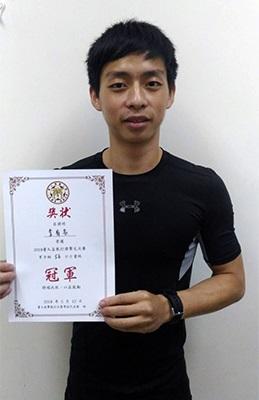 龍華科大電子系碩士班李有名,勇奪男子組(56公斤級)冠軍。