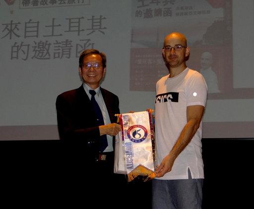 正修科大副校長吳百祿(左)頒錦旗致謝。