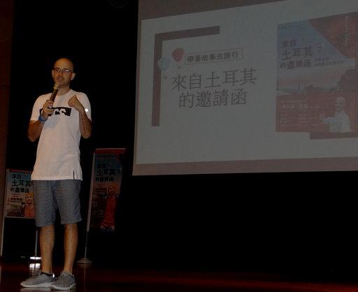「愛玩客」主持人吳鳳正風趣開講現筆歡笑連連。