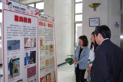 展覽期間越南友校校長及師長蒞臨參訪,由圖書館余巧組長(左一)親自導覽解說
