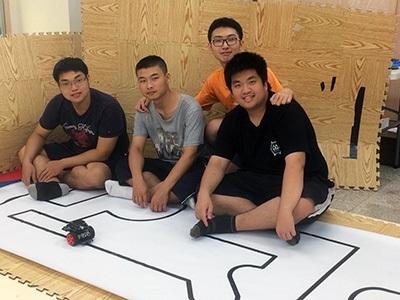 龍華科大PBL智慧機器人專班學生白雲皓、李國靖、蔡亞軒及張舜丞,發揮團隊合作,榮獲亞洲智慧型機器人大賽大專組冠軍。