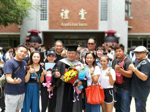 今年自朝陽台灣產業策略發展博士班畢業的九天民俗技藝團團長許振榮(左四)與團員合影