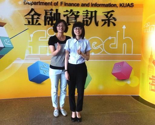 高科大金融資訊系應屆畢業生劉鈺玫同學(右)從眾多競爭者中脫穎而出獲得臺灣銀行錄取資格
