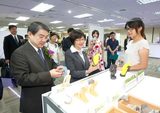 外貿協會林芳苗副秘書長(中)與台灣醫材公會洪盛隆理事長(左一)參觀工研院於展前揭露客製化3D列印醫材