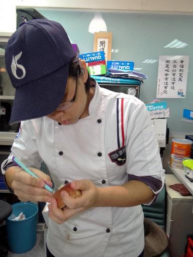 對果雕非常有興趣的陳嘉智正專心用蘋果雕花。