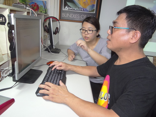 年過半百的黃志吉仍用心學電腦。