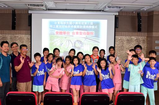 圖說:聖母醫院長陳良娟(中)與美班學生開心合影。