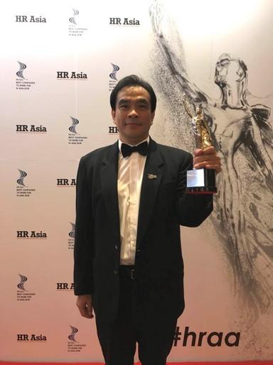 六角國際榮獲亞洲最佳企業雇主獎,由人資長賴鎮崧代表領獎