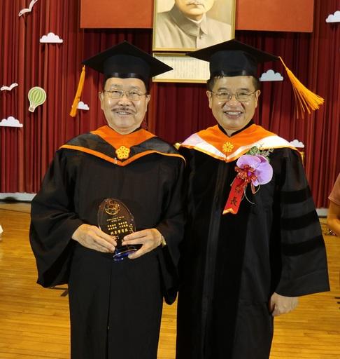 高科大楊慶煜校長頒發終生學習獎予78歲身兼船長的碩士畢業生魯沛亞(左)
