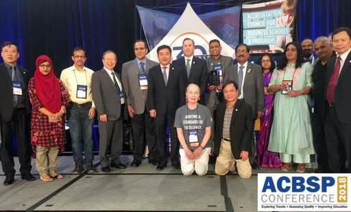 周逸衡執行長於2018年ACBSP年會中與ACBSP總裁及南亞區出席人員合影