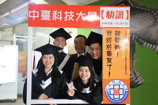 畢業生與中臺科大李隆盛校長拍照留念
