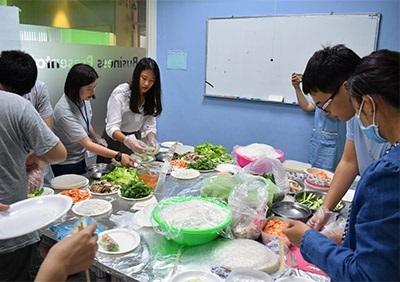 越南道地美食春捲DIY體驗,吸引眾多龍華師生熱情參與並大飽口福。