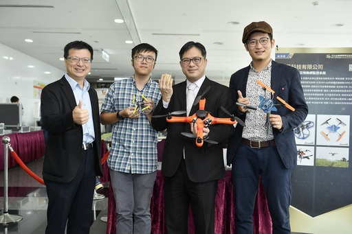 航見科技所研發之無人機與物聯網監控系統,能夠運用在群機救災,讓經濟部中小企業處吳明機處長說讚。