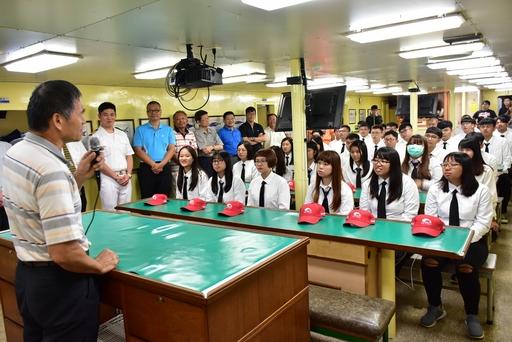 漁管系師長們於出航前給予學生勉勵