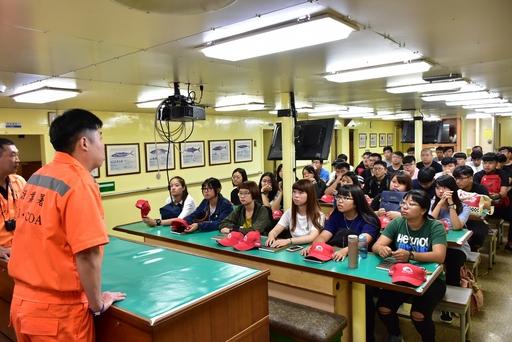 於船艙內向學生示範教學海上求生訓練