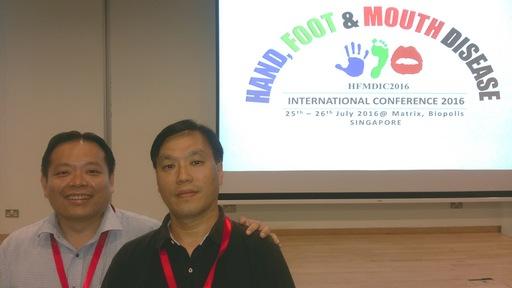 王永樑副教授(圖右)與 Dr. Justin Chu 副教授(圖左),同時受邀於2016國際手足口症研討會發表研究成果。