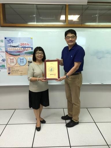 景文科技大學林佳蓉老師(左)、國立高雄餐旅大學IATA授權訓練中心程健行老師(右)