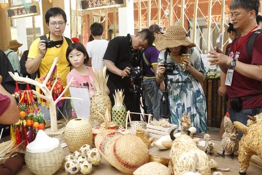 遊客們對竹編藝品十分感興趣