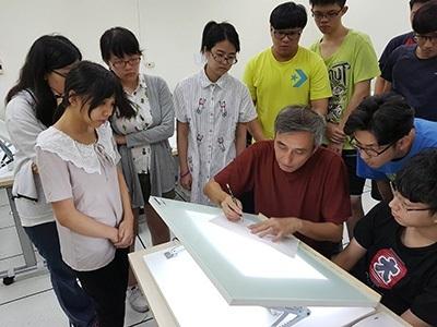 龍華學子在采億動畫業師指導下,學習2D動畫繪製技術。