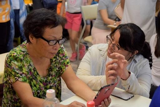 「蹲點‧台灣」大學志工陪長輩學習手機自拍