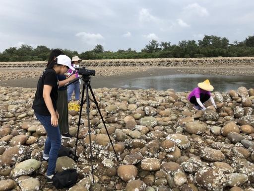 「蹲點‧台灣」大學志工協助拍攝石滬修築教學影片