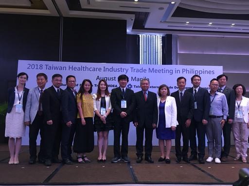 駐菲律賓經濟組王組長耀輝(右七)、MAKATI商會會長Luzviminda S. Jose(右六)與團員合影留念